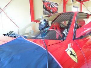 フェラーリのフロントガラスリペア施工中